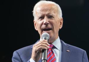 民主党の候補者集会で演説するバイデン氏 =2019年11月、アイオワ州デモイン、ランハム裕子撮影