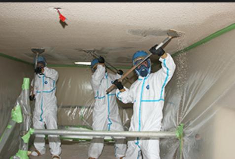 アスベスト除去工事は、吸引しないよう慎重な対策を実施して行われる