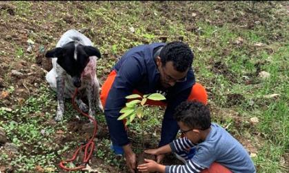 犬も植樹に参加