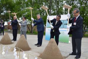 起工式でくわ入れする北海道銀行の笹原副頭取(右から2人目)、ハバロフスク地方のシポルト知事ら(同3人目)