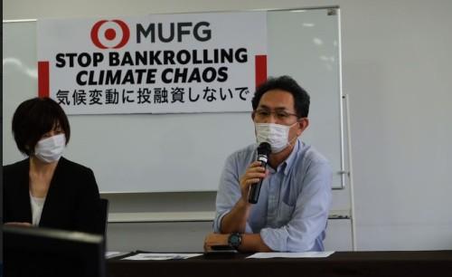 記者会見するNGOの代表