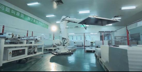 ジンコソーラーのモジュール製造工場。ロボットで効率化