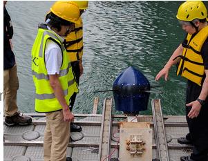 潮流発電タービンを設置する作業
