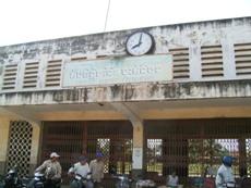 鉄道改修事業の対象となるバッタンボン駅、駅舎内に多くの住民が住み着いている