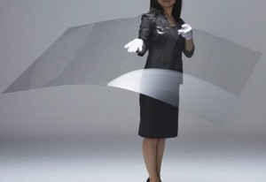 図1 旭硝子の軽量強化ガラス「Leoflex」。一般的なガラスよりも強度が高く、薄くしても割れにくい