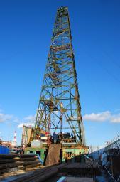 二酸化炭素の貯留状況を観測するための井戸の掘削現場=8日午後、北海道苫小牧市