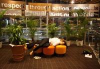 交渉難航のCOP17。会期延長に加え、徹夜の協議で疲弊し、仮眠を取る代表団メンバー=10日深夜、ダーバン(ロイター=共同)