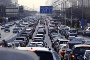 10月11日、米エネルギー省エネルギー情報局(EIA)が今週発表した報告書によると、中国が9月、米国を抜いて世界最大の純石油輸入国となった。写真は北京の交通渋滞。2011年1月撮影(2013年 ロイター/Larry Downing)