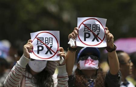 5月16日、中国南西部の雲南省昆明市で、石油化学工場の建設計画に反対する市民ら数百人が抗議デモを行った(2013年 ロイター/Wong Campion)
