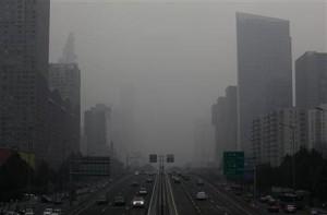 大気汚染をもたらす有害な微小粒子状物質(PM2.5)が原因で今年、中国4都市で約8600人が死亡したことが明らかに。写真はスモッグでかすむ北京市内の道路。7月撮影(2012年 ロイター)