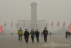 スモッグが立ち込める北京・天安門広場