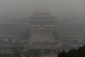 スモッグに覆われた北京(Beijing)の紫禁城(Forbidden City)を訪れる観光客ら(2014年2月26日撮影)。