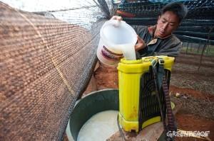農薬散布の準備をする農夫