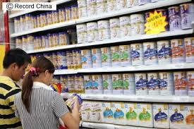 中国のスーパーに並ぶ粉ミルク