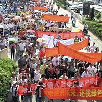 旗や横断幕を連ねて核燃料工場建設反対の抗議デモを展開する中国人民