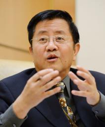 取材に応じる中国の高風・気候変動交渉特別代表=16日、北京の中国外務省(共同)