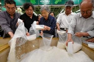 中国山西省の省都、太原市のスーパーでコメを買い込む消費者(22日) .
