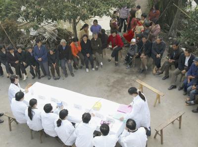 癌の専門家の説明を受ける住民、2004年重慶(Getty Images)