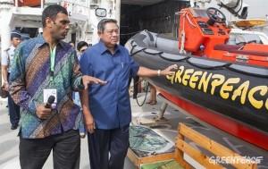 <虹の戦士号を訪れたユドヨノ大統領(右)と、グリーンピース・インターナショナル事務局長クミ・ナイドゥ(左)>