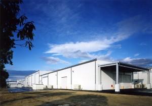 図1 福島プラスチックスの工場。工場の屋根と空き地に太陽光発電パネルを設置する。出典:グンゼ