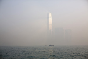 香港の高層ビル街も、大気汚染で霞んでいる
