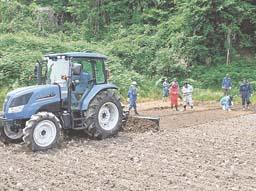 飯舘村で始まった表土のはぎ取りによる除染実験=13日午後1時