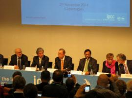 記者会見する国連の潘基文事務総長(左から3人目、コペンハーゲン)