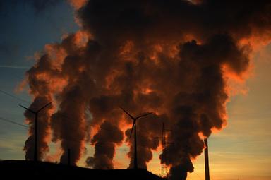 ドイツ西部ゲルゼンキルヘン(Gelsenkirchen)の石炭火力発電所から出る煙(2012年1月16日撮影、資料写真