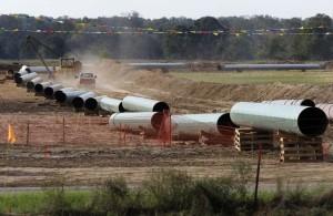 キーストーンXLパイプライン計画の南部区間に用いられるパイプの一部。テキサス州サムナーで撮影。共和党が上院で過半数をとったことで、パイプラインの北部区間が承認に持ち込まれる可能性が出てきた。