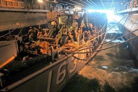 Associated Press/U.S. Navy 日本の東北地方沖で上陸用舟艇で待つ米海兵隊員