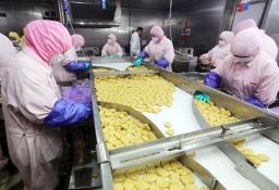 「上海福喜食品有限公司」の鶏肉加工品の生産ライン=20日、中国上海市(共同)
