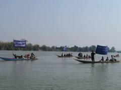 住民によるダム建設抗議デモ