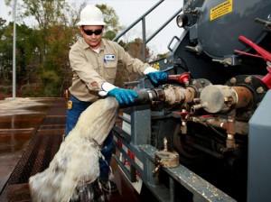 水圧破砕法(フラッキング)による天然ガス採掘で、油を土砂と水からを分離する処理装置(アメリカ、テキサス州で撮影)。国際エネルギー機関(IEA)は、「シェールガスなど新しい天然ガス資源の産出時に地表水や地下水の汚染を防ぐには、より厳格なルールが必要」と提言している。