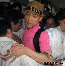 佐賀県庁に突入後、県職員に行く手を阻まれる山本太郎(中央)