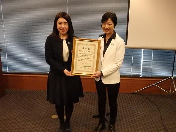 特別賞の表彰を受けた小森氏㊧、㊨は審査委員長の佐藤泉弁護士