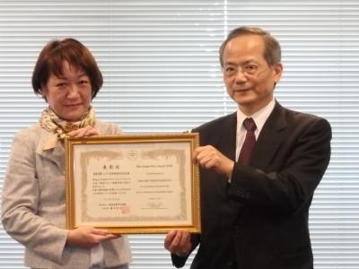 サステナブルファイナンス大賞を受賞した損保ジャパン日本興亜の氏家CSR室長(左)