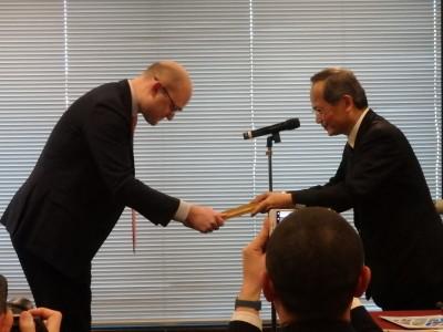 国際賞を受賞したルクセンブルク証券取引所のBehin戦略・開発部長(左)
