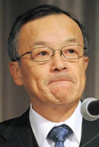 第三者委員会の調査報告書を受け、会見するオリンパスの高山修一社長=7日、東京都新宿区で