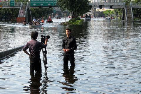 2011年のタイでの洪水、レポートする外国テレビのクルー