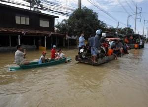 9月26日、タイの首都バンコク北東に位置する304工業団地近くの川が氾濫し、団地周辺が浸水したが、政府は「2011年の事態が再び繰り返されることはない」と説明。写真は現地で24日撮影(2013年 ロイター/Chaiwat Subprasom)