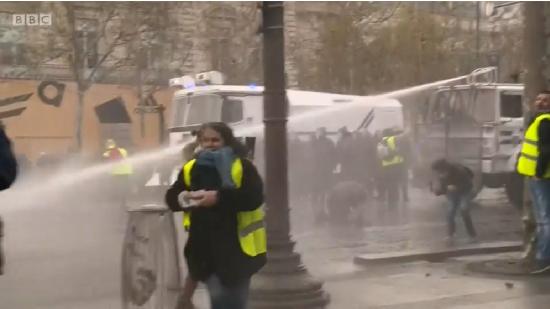 抗議者に機動隊が放水攻撃