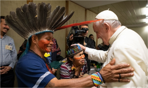 先住民と親しく歓談するフランシス法王