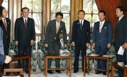 閣議に臨む安倍首相(中央)ら=5日午前、国会
