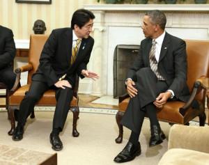 首脳会談でオバマ大統領に語りかける安倍首相(2月22日、米ホワイトハウス)=ロイター