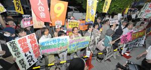 集団的自衛権行使を容認する報告書が提出された15日、官邸前には解釈改憲に反対する人々が集まり、「勝手に決めるな」などと声を上げた=東京・永田町で(神代雅夫撮影)