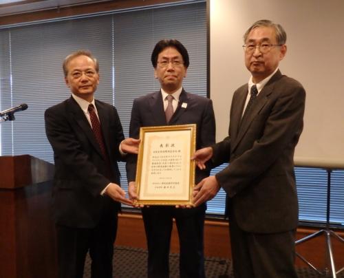 第4回サステナブルファイナンス大賞を受賞する日本生命の秋山直紀財務企画部長