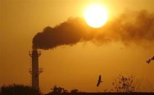 4月9日、国連工業開発機関(UNIDO)は、大気汚染が原因で死亡する人の数が世界で毎年600万人以上に上り、その危険性が過小評価されていると警告した。写真は2011年、インドのチャンディーガルで撮影(2013年 ロイター/Ajay Verma)