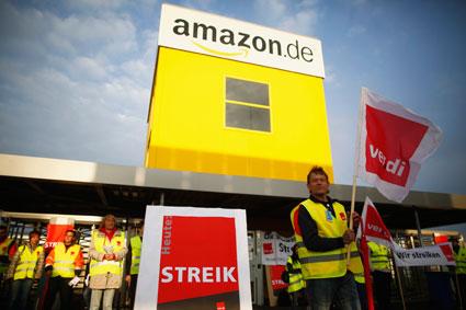 初体験 バートヘルスフェルトのアマゾン倉庫の前で抗議活動を行う労働者たち Lisi Niesner-Reuters
