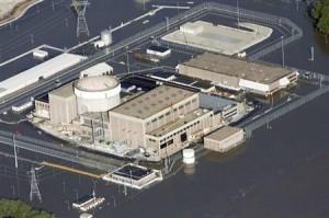 米ミズーリ川の氾濫で、周囲が水に漬かったネブラスカ州のフォートカルフーン原発=24日(ロイター)