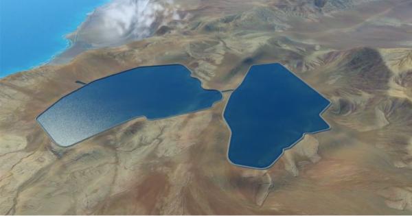 山の上の自然の窪地に作られる2つの人工池